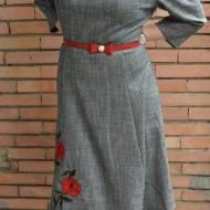 Rochie trendy cu aspect evazat, lungime medie, gri cu flori rosii
