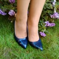 Sanda eleganta, bleumarin, inchis in fata si decupat in spate