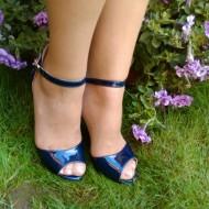 Sanda moderna, bleumarin, inchisa la calcai si decupat in fata