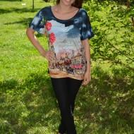 Tricou bleumarin cu imprimeu multicolor si decolteu rotund