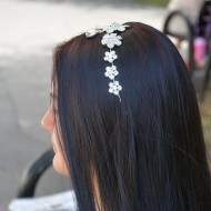 Agrafa argintie cu insertii de cristale si perle deosebite, de ocazie
