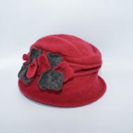 Caciula Ella tip palarie din lana ,accesorizat cu petale de flori 3d,nuanta de rosu