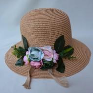 Palarie de dama cu calota rotunda, flori colorate, nuante de maro