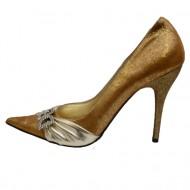 Pantof auriu cu toc cui si pandantiv DG din cristale, varf ascutit