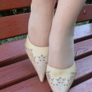 Pantof cu toc cui, decupat pe laterale, de culoare bej din piele