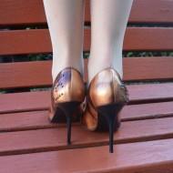 Pantof cu toc inalt, subtire si varf ascutit, elegant, nuanta maro
