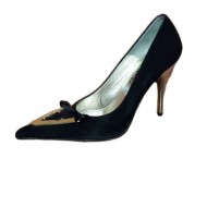 Pantof negru cu pandantiv auriu in forma de V si varf ascutit