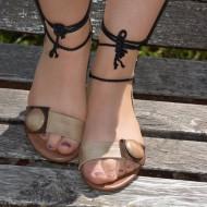 Sanda rafinata de zi, culoare maro, snur pentru fixare pe picior