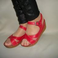 Sanda rosie din barete incrucisate peste picior si inaltime medie