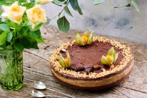 Tort Raw Energy Boost cu arahide, caramel și ciocolată