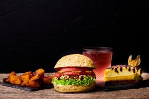 Ofertă Meniu Combo: Prăjitură Raw + Burger Vegan + Kombucha