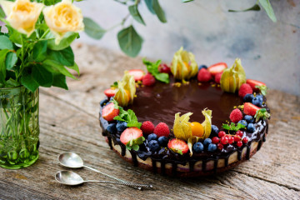 Tort raw-vegan Delight cu ciocolată albă, ciocolată neagră și zmeură
