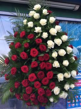 Poze Coroane Funerare Online Trandafiri Rosi Cu Diagonala Albi