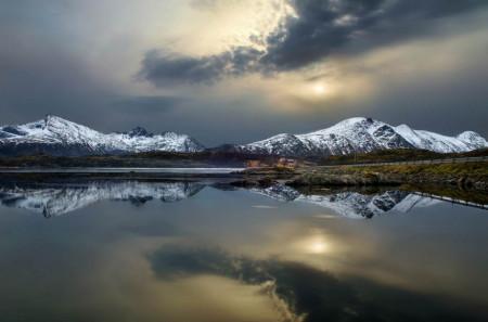 Fototapet, Nori peste munți la apus de soare