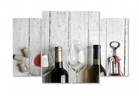 Tablou modular, Sticle de vin pe un fundal de lemn.