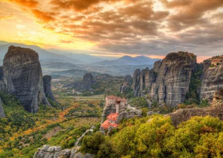 Fototapete Un apus de soare călduros pe fundalul munților