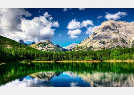 Fototapete Un lac în padure pe fundalul unui peisaj montan
