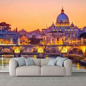 Fotoatepet cu un oraș frumos pe apă la apusul soarelui