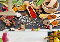 Fototapete Alimente și băuturi, Condimente colorate pe linguri de lemn