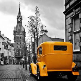 Fototapet, Orașul alb-negru și un vechi automobil galben