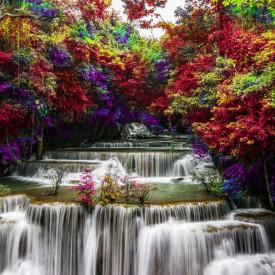 Fototapet, O cascadă frumoasă într-o pădure cu copaci cu frunze roșii