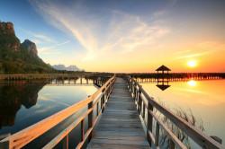 Fototapet, Podul de lemn de-a lungul lacului