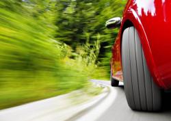 Fototapet, Fotografia unei mașini roșii în mișcare
