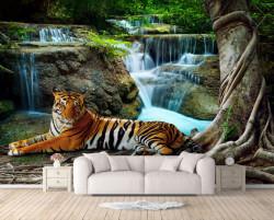 Fototapete, Tigrul se odihnește lângă cascadă