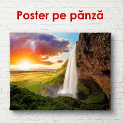 Poster, Cascada pe un fundal de munți și apusul de soare