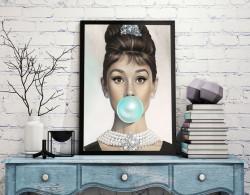 Tablou, Audrey Hepburn cu gumă de mestecat