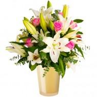 Capriciu: crini albi si trandafiri roz