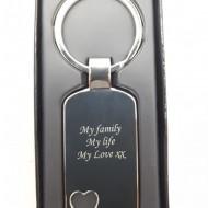 Breloc personalizat metalic dreptunghi cu inima decupata gravat cu textul tau