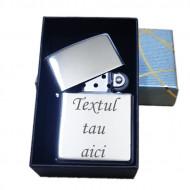 Bricheta personalizata metalica tip Zippo gravata cu textul tau