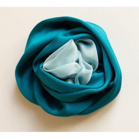 Floare broșă din voal verde turcoiz cu voal vernil, diametrul de 8 cm.