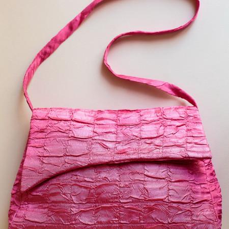 Poșetă satin creponat roz.