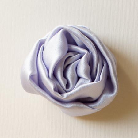 Floare broșă din mătase lila deschis, diametrul de 6 cm.