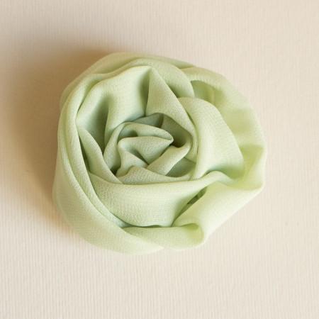 Floare broșă voal vernil deschis, diametrul de 5 cm.