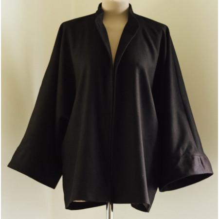 Jacheta din stofa neagra, captusita cu satin din viscoza, maneci chimono largi cu mansete.