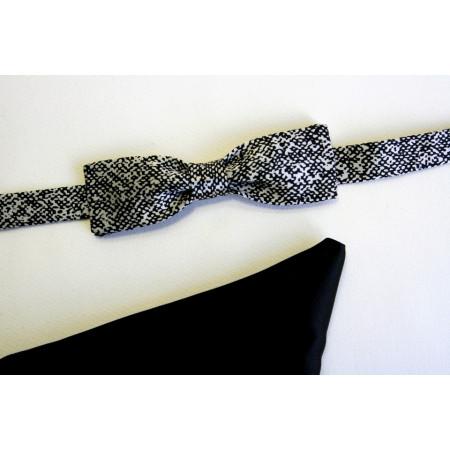 Papion mătase naturală gri imprimată cu batistă mătase naturală neagră uni; lățime papion 4 cm.