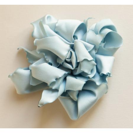 Floare broșă satin bleu, diametrul de 9 cm.
