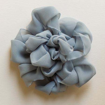 Floare broșă din voal gri, diametrul de 8 cm.