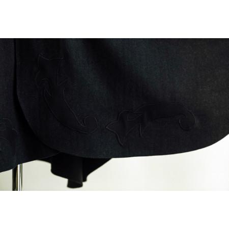 Poncho din stofa gri inchis cu aplicatii pe terminatia inferioara, fata si spate.