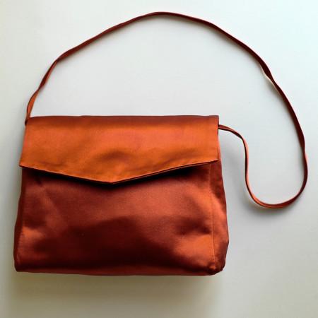 Poșetă tafta maron roșcat.