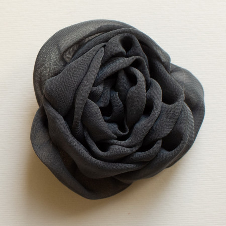 Floare broșă voal gri închis, diametrul de 7 cm.