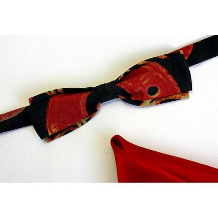 Papion țesătură gri închis, imprimat cu roșu, lățime 4 cm, batistă roșie.