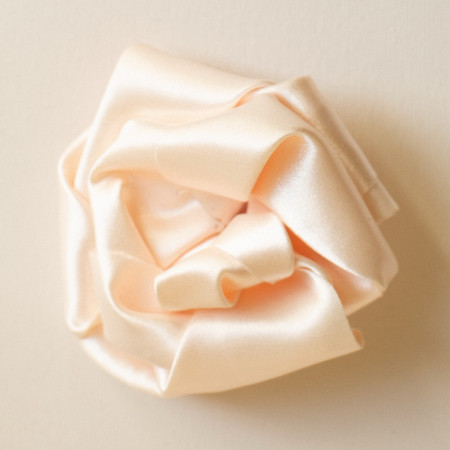 Floare broșă tafta ivoire cu tentă roz, diametrul de 7 cm.