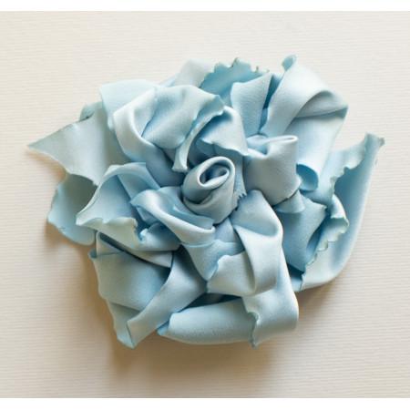 Floare broșă din satin bleu, diametrul de 8 cm.
