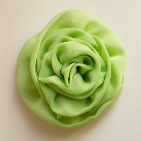 Floare broșă voal vernil, diametrul de 10 cm.