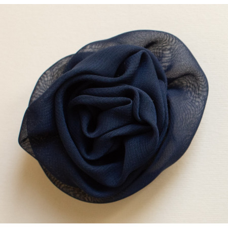 Floare broșă voal bleu-marin închis, diametrul de 9 cm.