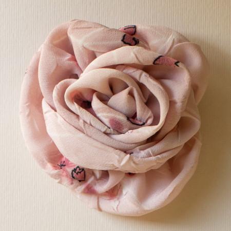 Floare broșă din voal jeorjet roz imprimat, diametrul de 8 cm.